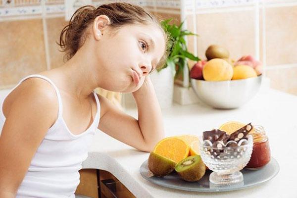 Thừa kẽm trẻ sẽ biếng ăn, có luôn có cảm giác kim loại nặng trong miệng