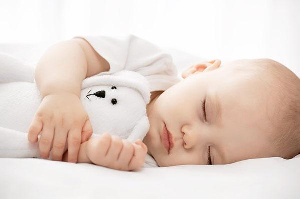 Trẻ cần ngủ đủ giấc để hỗ trợ tốt quá trình tăng chiêu cao