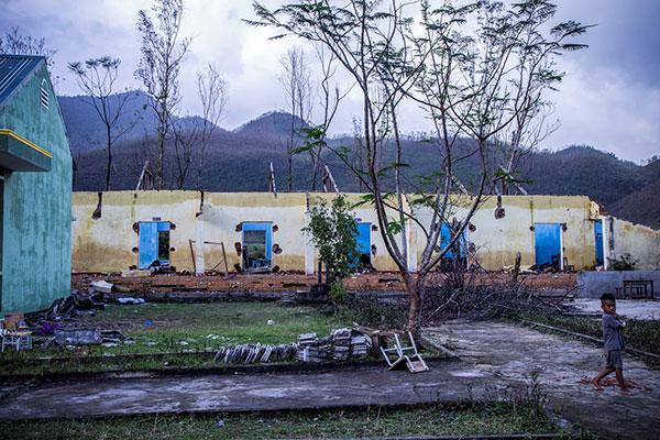 Dù đã 1 tháng trôi qua từ ngày bão tan, điểm trường  vẫn chưa thể khắc phục được hoàn toàn hư hại về cơ sở vật chất
